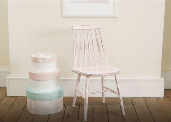 DIY: Klassischer Holzstuhl in Porzellan Rosa